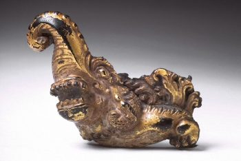 Girdle hook in the form of the head of a mythical creature