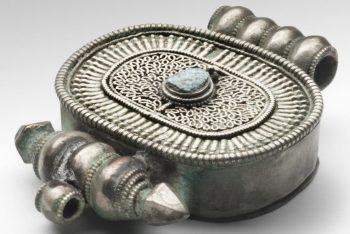 Amulet container