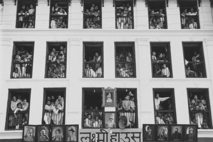 Façade et spectateurs, Népal (Facade and spectators, Nepal)